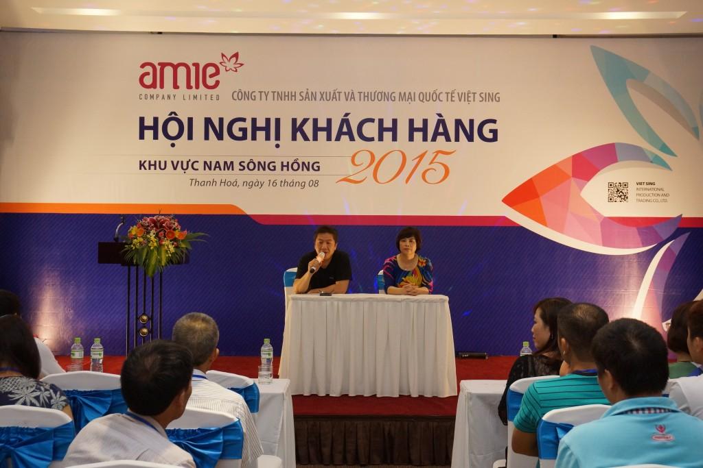 Bác sỹ Nguyễn Đăng Dũng, Bà Võ Thị Lý đại diện hội đồng thành viên công ty AMIE trả lời những câu hỏi của khách hàng.